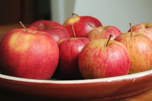 Äppel på ett fat